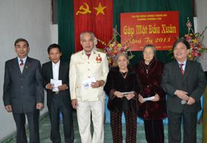 Chi hội đồng hương Thanh Oai, phường Phương Lâm tặng quà cho các hội viên cao tuổi.