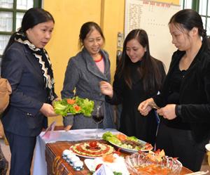 Đội phòng Văn hóa thành phố thuyết trình về món ăn.