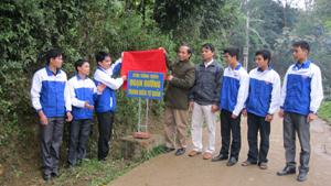 BTV Huyện đoàn gắn biển đoạn đường thanh niên tự quản tại xóm Sống Trên, xã Vĩnh Đồng.