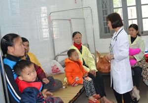 Bác sĩ khoa Nhi (Bệnh viện đa khoa tỉnh) tư vấn tiêm vắc xin phòng bệnh cho trẻ.