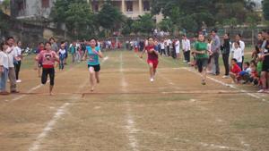 Các em học sinh THCS đua tài ở cự ly 100m nữ.