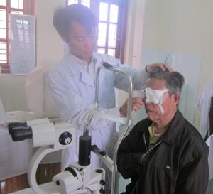 Bệnh nhân được khám, kiểm tra thị lực sau phẫu thuật đục thủy tinh thể.
