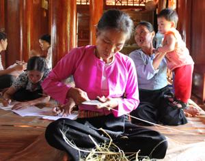 Hội viên PN xóm ải, xã Phong Phú (Tân Lạc) thực hiện phong trào giữ gìn và phát huy bản sắc văn hóa dân tộc bằng những việc làm cụ thể như: lưu giữ trang phục dân tộc, nếp nhà sàn và các nghề thủ công như đan lát, thêu, dệt...  (ảnh: H Duyên)