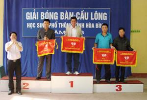 Đại diện Ban tổ chức trao cờ cho các đoàn đoạt giải nhất, nhì, ba khối Phòng GD&ĐT huyện, thành phố.