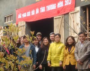 Lãnh đạo Hội LHPN tỉnh, huyện Lạc Thủy bàn giao nhà mái ấm tình thương cho gia đình chị Lê Thị Hằng.