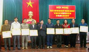 Đại diện lãnh đạo Huyện ủy Cao Phong trao giấy khen cho các tập thể có thành tích xuất sắc trong 15 năm thực hiện Nghị quyết Trung ương 5 (khoá VIII).