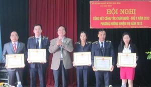 Lãnh đạo Sở NN & PTNT tỉnh trao giấy khen cho 5 tập thể lao động xuất sắc.