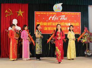 Phần thi trình diễn áo dài ấn tượng của chi hội phụ nữ khu 5.