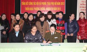 Lãnh đạo Hội LHPN tỉnh chứng kiến lễ ký kết giao ước thi đua năm 2013 của các huyện, thành phố.