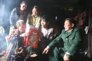 Con cháu quây quần nghe cụ  Bàn Văn Phiêm  kể chuyện lập làng, lập xóm.