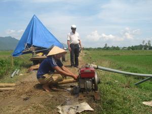 Người dân xã Đú Sáng (Kim Bôi) tích cực thực hiện các biện pháp chống hạn cho diện tích lúa đã cấy.