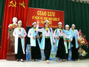 Chị em phụ nữ xóm Gò 2 với phần trình diễn trang phục dân tộc nhận được sự hưởng ứng của đông đảo người xem.
