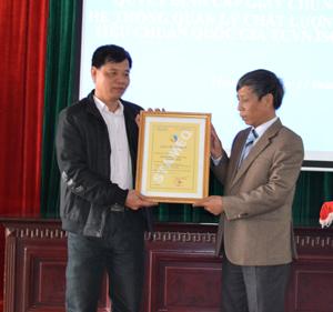 Lãnh đạo Sở GD&ĐT trao giấy chứng nhận hệ thống quản lý chất lượng tiêu chuẩn quốc gia TCVN ISO 9001: 2008 cho cơ quan Sở.