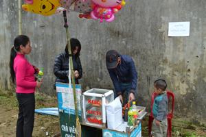 """Bán hàng ngay dưới biển """"cấm bán hàng"""" tại lễ hội Khai hạ Mường Bi năm 2013."""