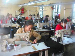 Năm 2013, huyện Lạc Thuỷ đặt chỉ tiêu nâng tỷ lệ lao động đào tạo nghề lên trên 20%. Ảnh: Giờ học nghề may công nghiệp của lao động nông thôn tại Trung tâm dạy nghề huyện.
