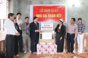 Đại diện lãnh đạo MTTQ tỉnh, Tổng công ty quản lý bay Việt Nam trao tiền ủng hộ và quà tặng cho gia đình bà Bùi Thị Sủn.