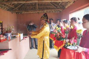 Nghi lễ dâng hương tại đền ông tướng Sứ tại xóm Chiềng Châu, xã Chiềng Châu (Mai Châu).