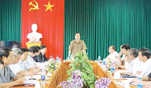Đồng chí Nguyễn Văn Quang, Phó Bí thư TT Tỉnh ủy, Chủ tịch HĐND tỉnh phát biểu chỉ đạo tại buổi làm việc với Thường trực Huyện ủy Đà Bắc.
