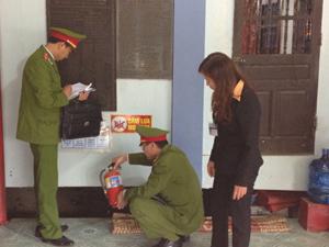 Cán bộ phòng Cảnh sát PCCC&CNCH (Công an tỉnh) kiểm tra thiết bị chữa cháy tại lễ hội Chùa Tiên, xã Phú Lão (Lạc Thủy).