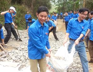 Lãnh đạo Thành đoàn cùng ĐVTN tham gia tu sửa đường.