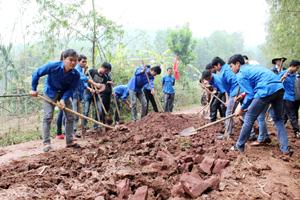 ĐVTN cụm vùng Quyết Thắng (Lạc Sơn) tham gia tu sửa đường giao thông nông thôn tại xóm Chí Thiện.