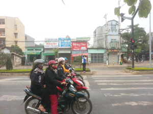 ĐVTN đứng chốt điều tiết giao thông tại ngã tư trường Hoàng Văn Thụ.