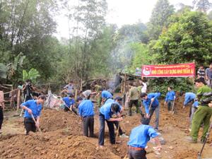 ĐVTN huyện Lương Sơn tham gia khởi công xây dựng nhà nhân ái cho ĐVTN có hoàn cảnh khó khăn tại xóm Suối Cá, xã Long Sơn.