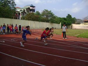 Các VĐV tham gia thi đấu tại nội dung chạy 60m nữ của khối Tiểu học.