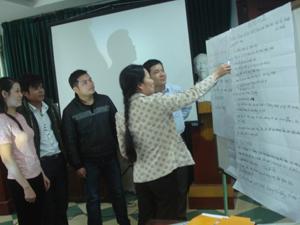 Lớp tập huấn chia nhóm để học tập.