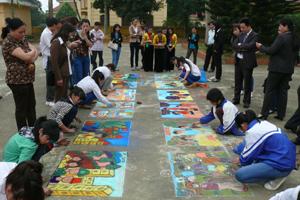 Các em học sinh khối THCS tham dự nội dung thi vẽ tranh trên nền sân xi-măng.