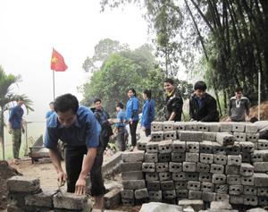 """ĐVTN tham gia khởi công xây dựng nhà """"Khăn quàng đỏ"""" cho gia đình em Bùi Bá Khiêm, học sinh trường THCS Do Nhân."""