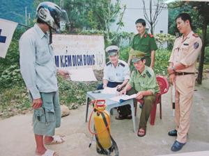 Chốt kiểm dịch động vật tại xã Tòng Đậu (Mai Châu) huy động lực lượng trực 24/24h kiểm tra, kiểm soát phương tiện và động vật vận chuyển vào địa bàn.