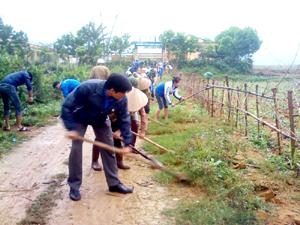 ĐV-TN huyện Lạc Sơn tham gia tu sửa đường vào trường mầm non xã Định Cư, thiết thực hưởng ứng Tháng thanh niên năm 2013.