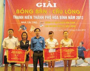 Đại diện BTC trao giải cho các VĐV đạt thành tích cao ở nội dung cầu lông đôi nam nữ.