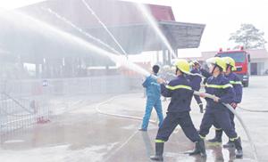Lực lượng Cảnh sát PCCC - CNCH (Công an tỉnh) thực tập phương án chữa cháy tại Công ty TNHH Thiên An Hòa Bình, xã Yên Mông (TPHB). Ảnh: P.V