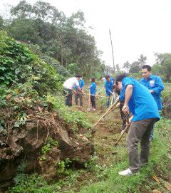 ĐV - TN tham gia dọn vệ sinh tại xã Bảo Hiệu, thiết thực hưởng ứng tháng thanh niên.