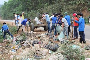 ĐVTN huyện Lạc Sơn tham gia thu gom rác thải hưởng ứng ngày chủ nhật xanh.