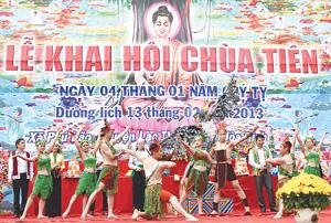 Lễ hội chùa Tiên - Phú Lão được tổ chức vào dịp đầu xuân là điểm nhấn trong  phát triển du lịch của huyện Lạc Thủy. Ảnh: Cẩm Lệ.