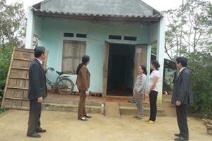 Niềm vui của chị Bùi Thị Mến (người đứng thứ nhất bên phải), xóm Định, xã Mãn Đức (Tân Lạc) bên ngôi nhà 167.