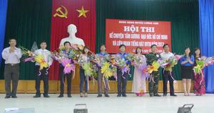 Lãnh đạo UBND huyện trao giải nhất, nhì, ba cho các đơn vị tham gia Hội thi kể chuyện về tấm gương đạo đức Hồ Chí Minh.