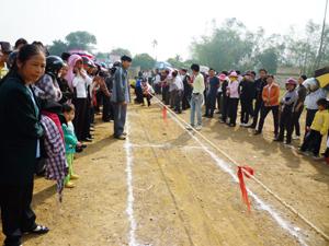 Các VĐV thi đấu tại nội dung kéo co nam.