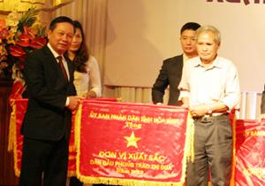 Đồng chí Bùi Văn Tỉnh, UVT.Ư Đảng, Chủ tịch UBND tỉnh tặng cờ thi đua xuất sắc của UBND tỉnh cho tổ hợp vệ sinh môi trường Lương Sơn.