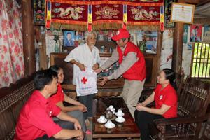 Lãnh đạo T.Ư Hội CTĐ Việt Nam, Hội CTĐ tỉnh, huyện Mai Châu tặng quà hộ gia đình chính sách tại xã Vạn Mai.
