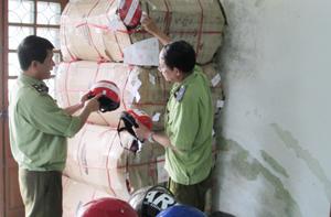 Số mũ bảo hiểm vi phạm đang chời xử lý tại Đội 10 – QLTT huyện Lương Sơn.