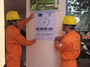 Công nhân Điện lực thành phố Hòa Bình tuyên truyền Chiến dịch giờ trái đất tới các khách hàng sử dụng điện.