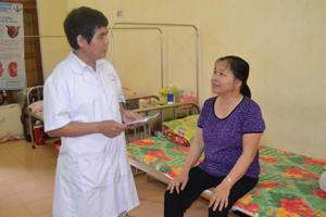 Bác sĩ Bệnh viện Nội tiết tỉnh tư vấn điều trị cho bệnh nhân đái tháo đường.