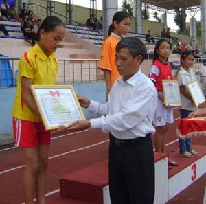Lãnh đạo Sở GD&ĐT trao giấy khen cho các VĐV đạt thành tích cao tại giải.