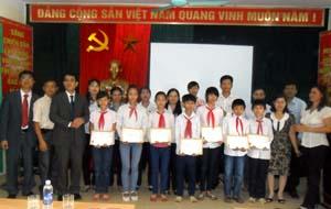 Đại diện Công ty bảo hiểm nhân thọ Prudential Việt Nam trao học bổng cho học sinh nghèo trường THCS Nhuận Trạch.