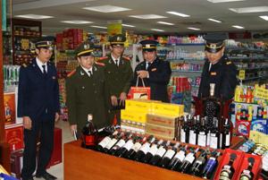 Cán bộ Phòng an ninh kinh tế (Công an tỉnh) kiểm tra các mặt hàng kinh doanh tại siêu thị Applaza (TPHB).
