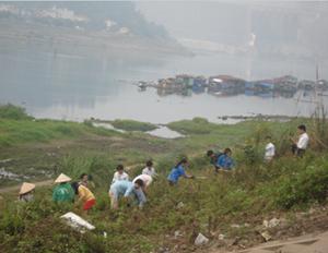 Công nhân, ĐV-TN và nhân dân dọn vệ sinh kè bờ trái sông Đà.